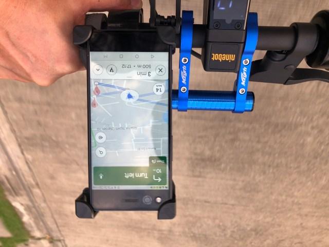 แฮนด์ของ Ninebot Kickscooter MAX โดยมีสมาร์ทโฟนติดตั้งเอาไว้อยู่ และกำลังเปิด Google Maps