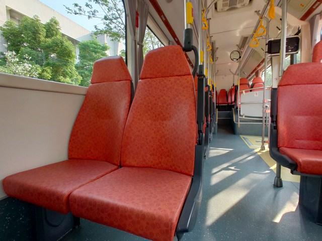 เบาะนั่งของรถเมลืไฟฟ้า BYD K9 สีส้มแดงเลือดหมู