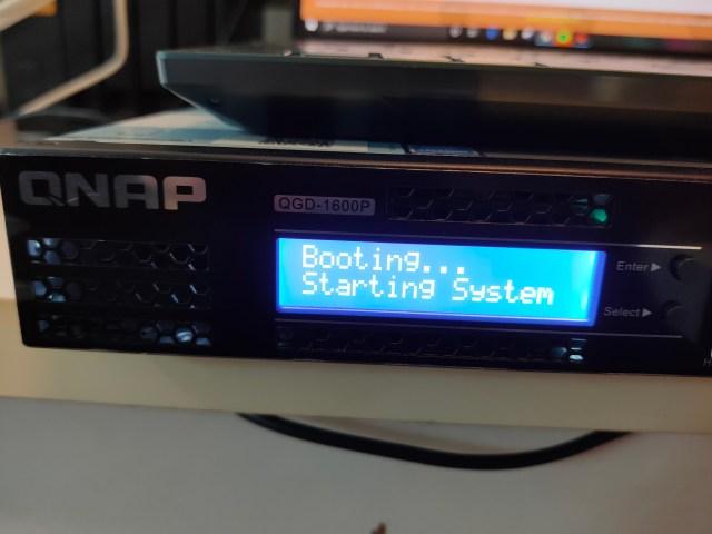 หน้าจอ LED แสดงสถานะของตัว Smart PoE switch QNAP QGD-1600P