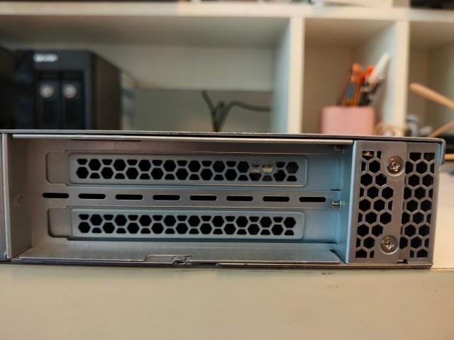 ด้านหลังของ QNAP QGD-1600P สามารถเพิ่ม PCIe ได้สองสล็อต