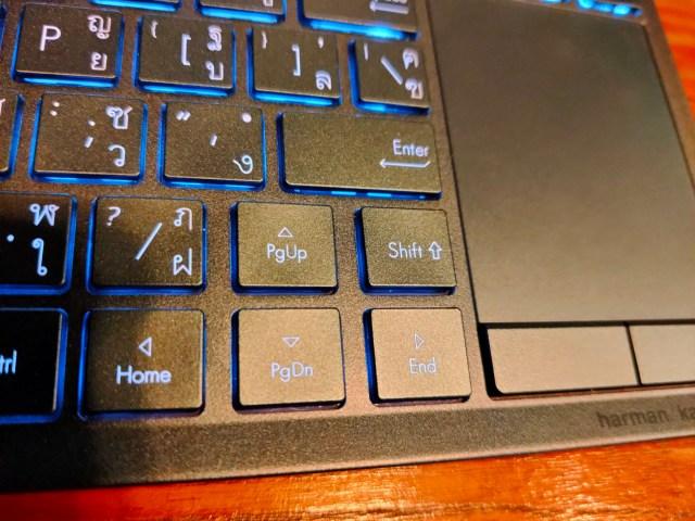 คีย์บอร์ดของ ASUS ZenBook Duo เน้นในส่วนที่เป็นปุ่มลูกศร และปุ่ม Shift ที่เล็กกว่าคีย์บอร์ดปกติ