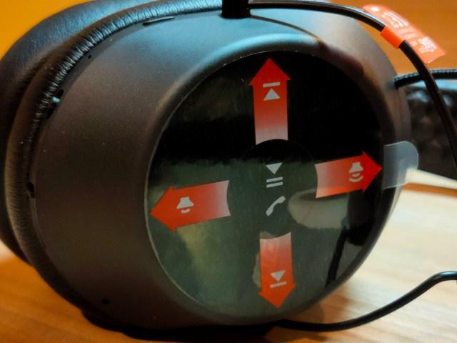 ด้านขวาของหูฟัง เป็น On-ear Touch Control ที่ตอนแรกจะมีสติกเกอร์ปิดไว้เพื่อบอกว่าอะไรทำอะไรได้บ้าง