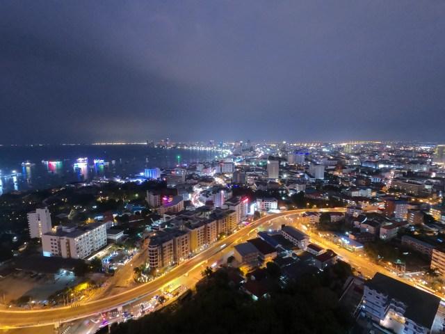 วิวกลางคืนของเมืองพัทยา เห็นชายหาดเมืองพัทยาอยู่ทางด้านซ้ายของภาพ
