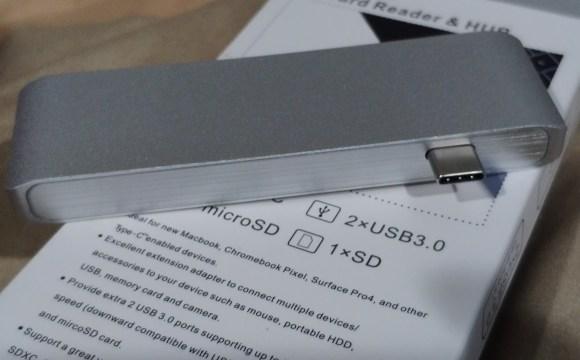 USB-C Hub สีเงินอลูมิเนียม วางอยู่บนกล่องใส่