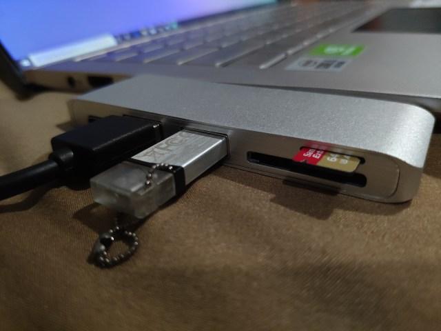 USB-C Hub เสียบกับเครื่องคอมพิวเตอร์แล้ว และมีการเสียบ External HDD, USB Drive และ MicroSD card อยู่