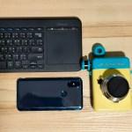 ภาพของกล้อง Escura Instant 60s วางอยู่ทางด้านขวา ส่วนด้านซ้ายเป็นคีย์บอร์ดไร้สายของ Microsoft และสมาร์ทโฟน Xiaomi Mi Mix 3