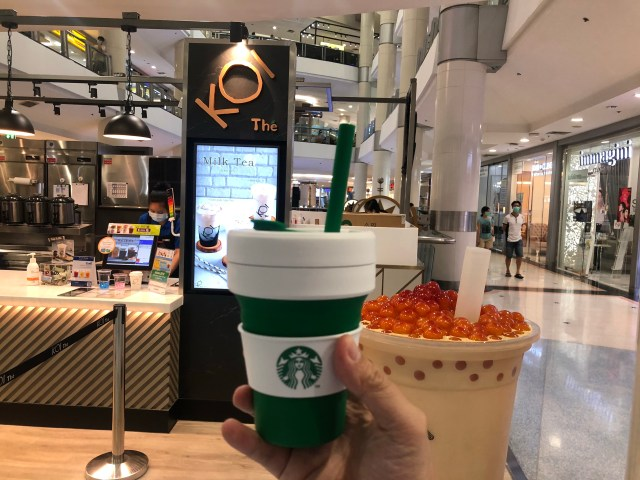 แก้ว Starbuck x Stojo ที่หน้าร้านชานมไข่มุก Koi The ในห้างสรรพสินค้า