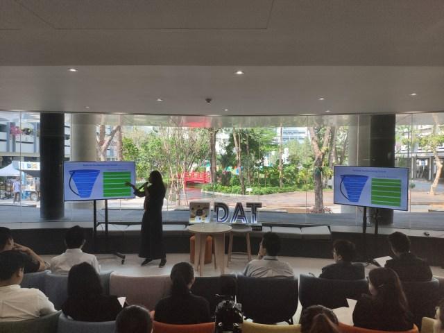 ภายใน Co-working space ของมหาวิทยาลัยหอการค้าไทย ผู้บรรยายกำลังพูดเรื่อง Digital Transformation โดยมีผู้ฟังนั่งฟังอย่างตั้งใจ