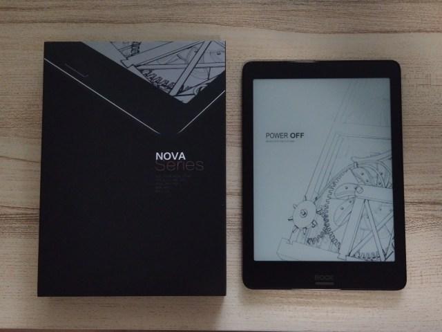 กล่องบรรจุ Onyx Boox Nova Pro และตัวเครื่องที่อยู่ในสถานะ Power Off วางอยู่ข้างๆ