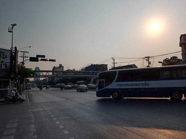 สี่แยก ที่มีรถบัสของกรมการขนส่งทหารเรือกำลังเลี้ยวมาบนถนน