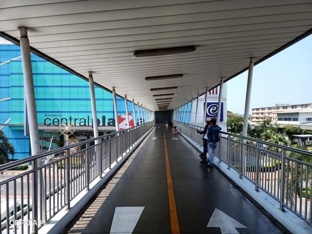 ภาพทางเข้าห้างเซ็นทรัลพระราม 2 จากบนสะพานลอย มีคนยืนและนั่งอยู่ด้านข้างนิดหน่อย