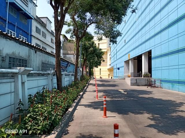 ถนนทางออกจากที่จอดรถของห้างสรรพสินค้า