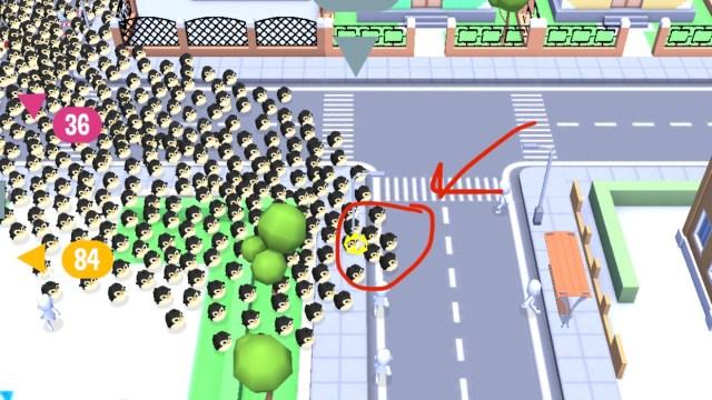 ฉากในเกม Crowd City ตัวละครหน้าตาเป็นเพนกวิ้นจำนวนนับร้อยๆ ตัว กำลังวิ่งอยู่บนถนน