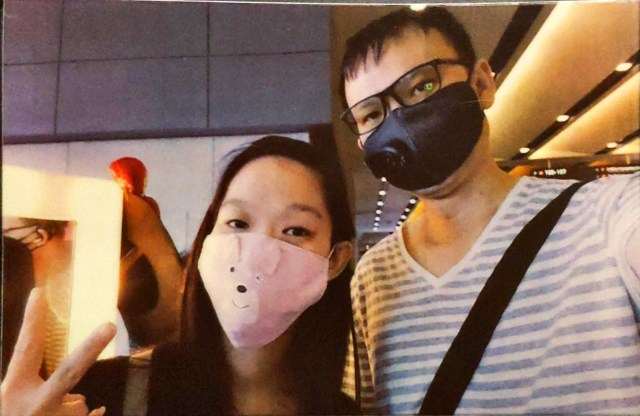 ภาพของชายและหญิงใส่หน้ากากผ้าปิดปากอยู่