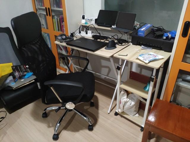 เก้าอี้ U-RO DECORE รุ่น SUN วางอยู่หน้าโต๊ะคอมพิวเตอร์ ซึ่งมีโน้ตบุ๊กและ iPad วางอยู่