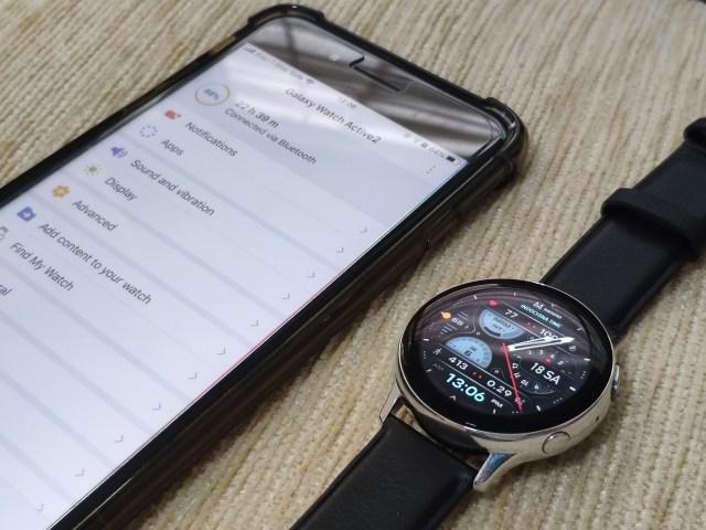 Samsung Galaxy Watch Active 2 กับสมาร์ทโฟน iPhone 8 Plus วางข้างๆ กัน