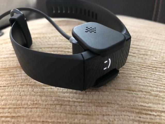 Fitbit Charge 4 กำลังชาร์จแบตเตอรี่อยู่