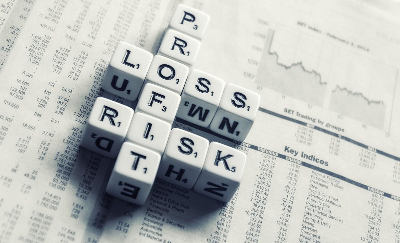 ลูกเต๋าที่หน้าเต๋าเขียนข้อความอ่านได้ว่า Profit Loss Risk