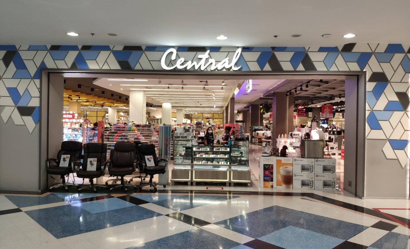 ภายในห้างเซ็นทรัลพระราม 2 ตรงส่วนทางเข้าร้าน B2S ที่มีการเอาพวกเก้าอี้ และกล่องสินค้ามาปิดกั้นทางเดิน เพื่อจำกัดทางเข้า-ออก