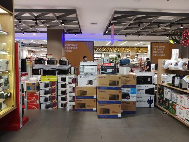 ภายในโซน Power Buy ของห้างเซ็นทรัลพระราม 2 ส่วนที่เป็นทางเดินทะลุได้ ถูกเอากล่องไมโครโวฟ และกระติกน้ำร้อนมาวางเรียงกั้นไว้ไม่ให้ผ่าน