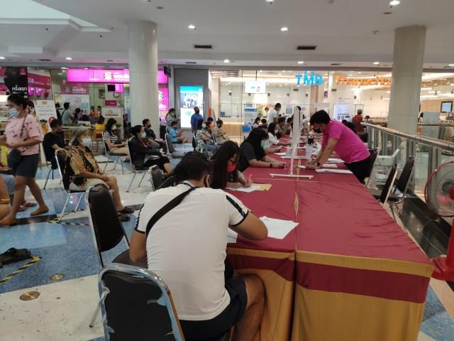 ธนาคารออมสินจัดให้มีโต๊ะ และเจ้าหน้าที่ และเก้าอี้นั่งรอสำหรับลูกค้าที่มาใช้บริการ ตรงบริเวณลานว่างใกล้ๆ ธนาคารภายในห้างเซ็นทรัลพระราม 2