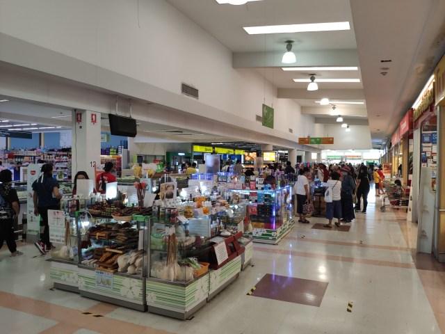 ภายในห้างบิ๊กซีพระราม โซนที่เป็นบูธร้านทั่วไป มีคนยืนและเดินดูของจำนวนมาก