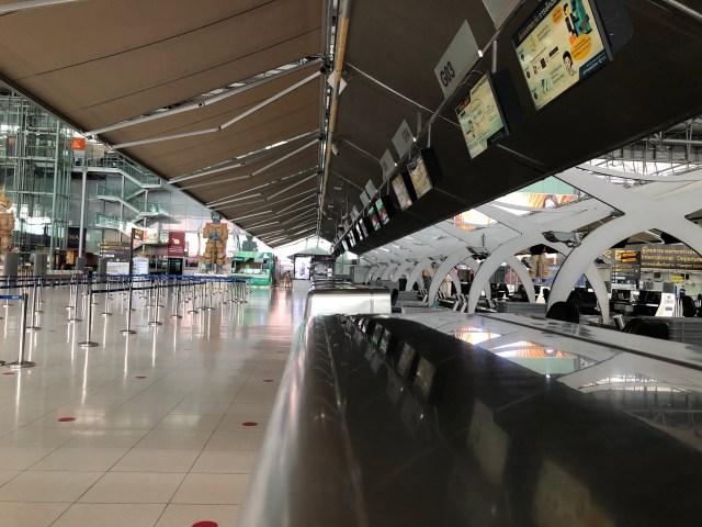 ภาพถ่ายจากด้านข้างของเคาน์เตอร์สายการบินในสนามบินสุวรรณภูมิ ที่ไม่มีเจ้าหน้าที่หรือผู้โดยสารอยู่เลย