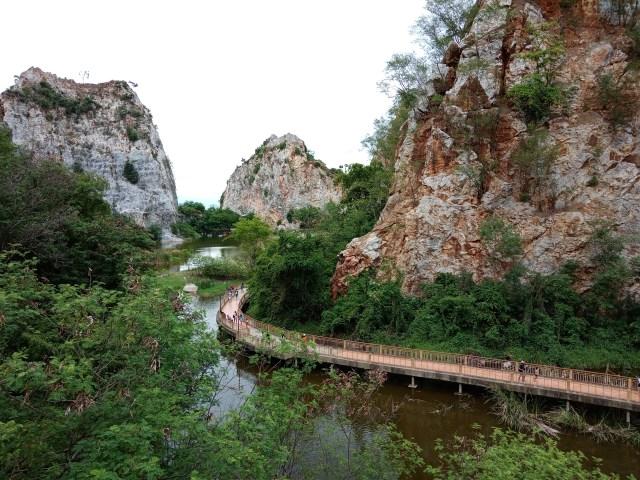 ภาพวิวของอุทยานหินเขางู ซ้ายและขวาเป็นภูเขาหิน ตรงกลางมีทางเดินริมน้ำ