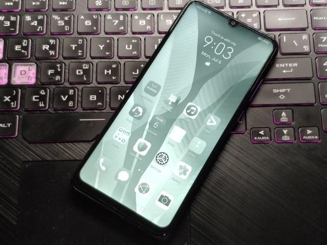 สมาร์ทโฟน Huawei Y6P วางอยู่บนแป้นพิมพ์ของโน้ตบุ๊ก กำลังเปิดหน้าจออยู่ในโหมด eBook