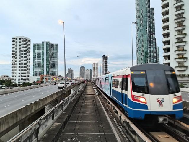 ภาพของสะพานตากสิน และรางรถไฟฟ้า BTS ที่กำลังมีรถไฟฟ้าวิ่งเข้ามาหาอยู่