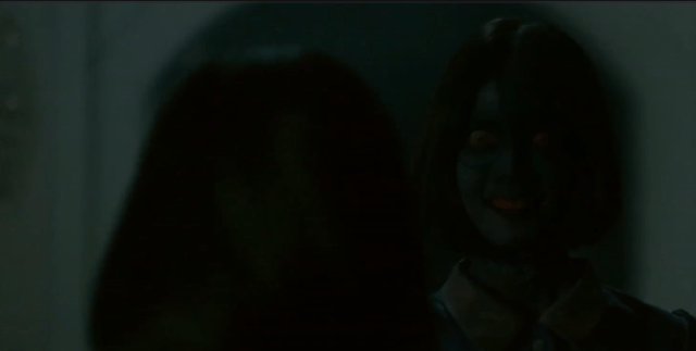 ฉากหนึ่งในหนังเรื่องสาวลับใช้ ตอนที่จอยหันมาเจอผีพลอย ผีสาวยิ้มตาเหลือกเลย