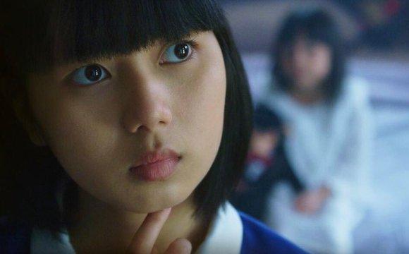 ภาพตอนหนึ่งของหนังเรื่องสาวลับใช้ เป็นภาพของตัวเอกสาว ที่เป็นสาวรับใช้ ที่กำลังทำสีหน้าครุ่นคิด
