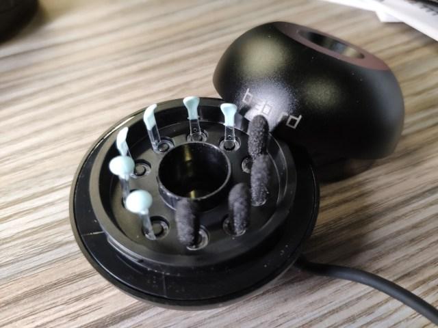 แท่นวาง bebird M9 Pro เปิดฝาออกมา เห็นหัวไม้แคะหูแบบต่างๆ