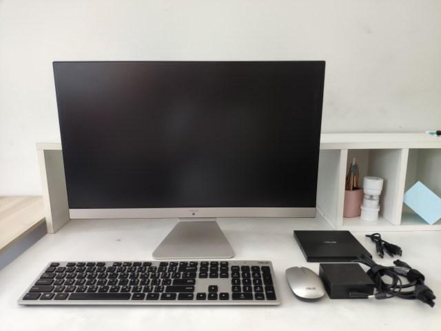 ตัวคอมพิวเตอร์ All-in-One, คีย์บอร์ดและเมาส์ไร้สาย อะแดปเตอร์ และเครื่องเล่น DVD พกพา