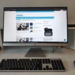 คอมพิวเตอร์ All-in-One ASUS Vivo AiO M241DK-BA016TS วางอยู่บนโต๊ะทำงาน กำลังเปิดเว็บนายกาฝากอยู่