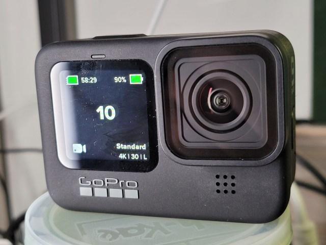 ถ่ายด้านหน้าของ GoPro HERO9 Black ระยะใกล้ ให้เห็นหน้าจอแสดงผล 1.4 นิ้วด้านหน้า กำลังแสดงข้อมูลของกล้องอยู่