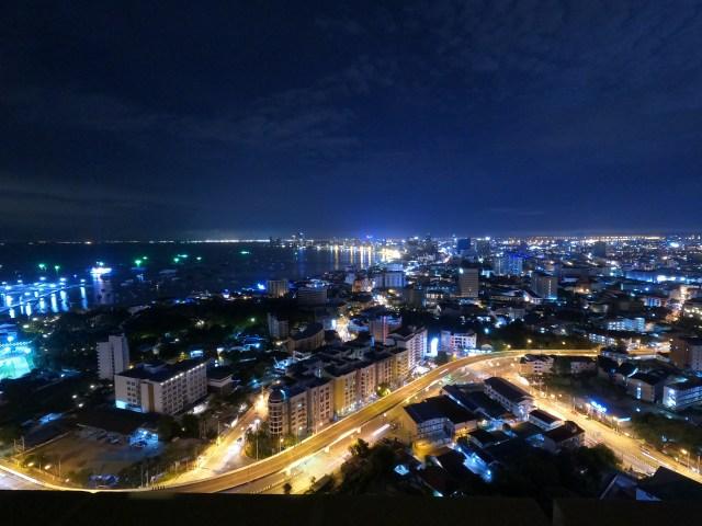 วิวเมืองพัทยาถ่ายจากมุมสูงบนคอนโดตอนกลางคืน