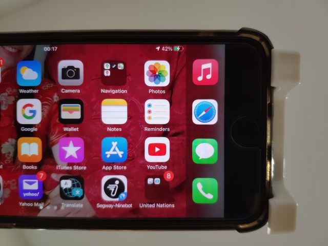 ภาพระยะใกล้ของหน้าจอ iPhone 8 Plus ตรงมุมบนด้านขวา แสดงสถานะแบตเตอรี่ว่ากำลังชาร์จอยู่