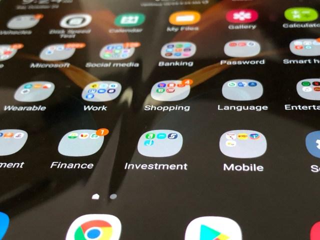 ภาพระยะใกล้ของหน้าจอหลักของ Samsung Galaxy Z Fold 2 ที่แสดงให้เห็นถึงรอยพับของหน้าจอ