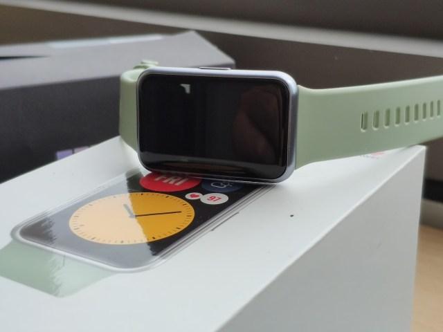 Huawei Watch Fit วางอยู่บนกล่อง