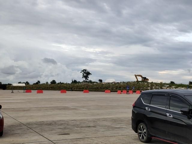 ภาพถ่ายด้วยเลนส์เทเลโฟโต้ (2x) เห็นเงาช้างชัดเจนขึ้น ระยะใกล้เห็นรถยนต์สีดำอยู่บางส่วน