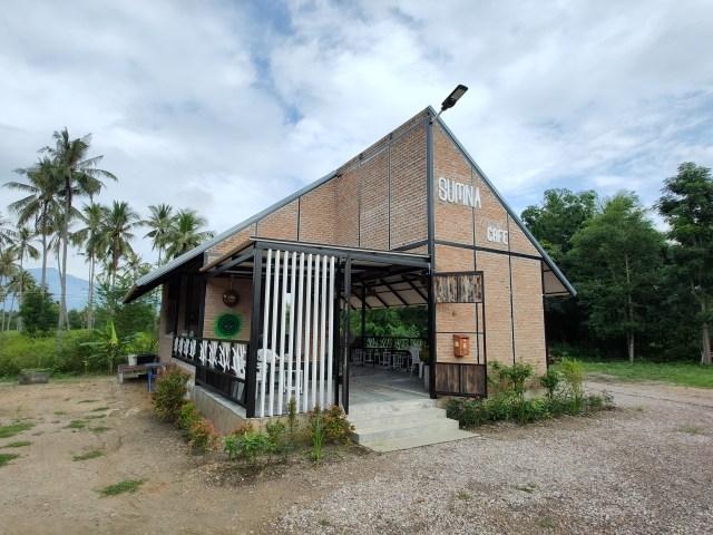อาคารร้านกาแฟ Sumna Cafe อยู่ท่ามกลางวิวสวน