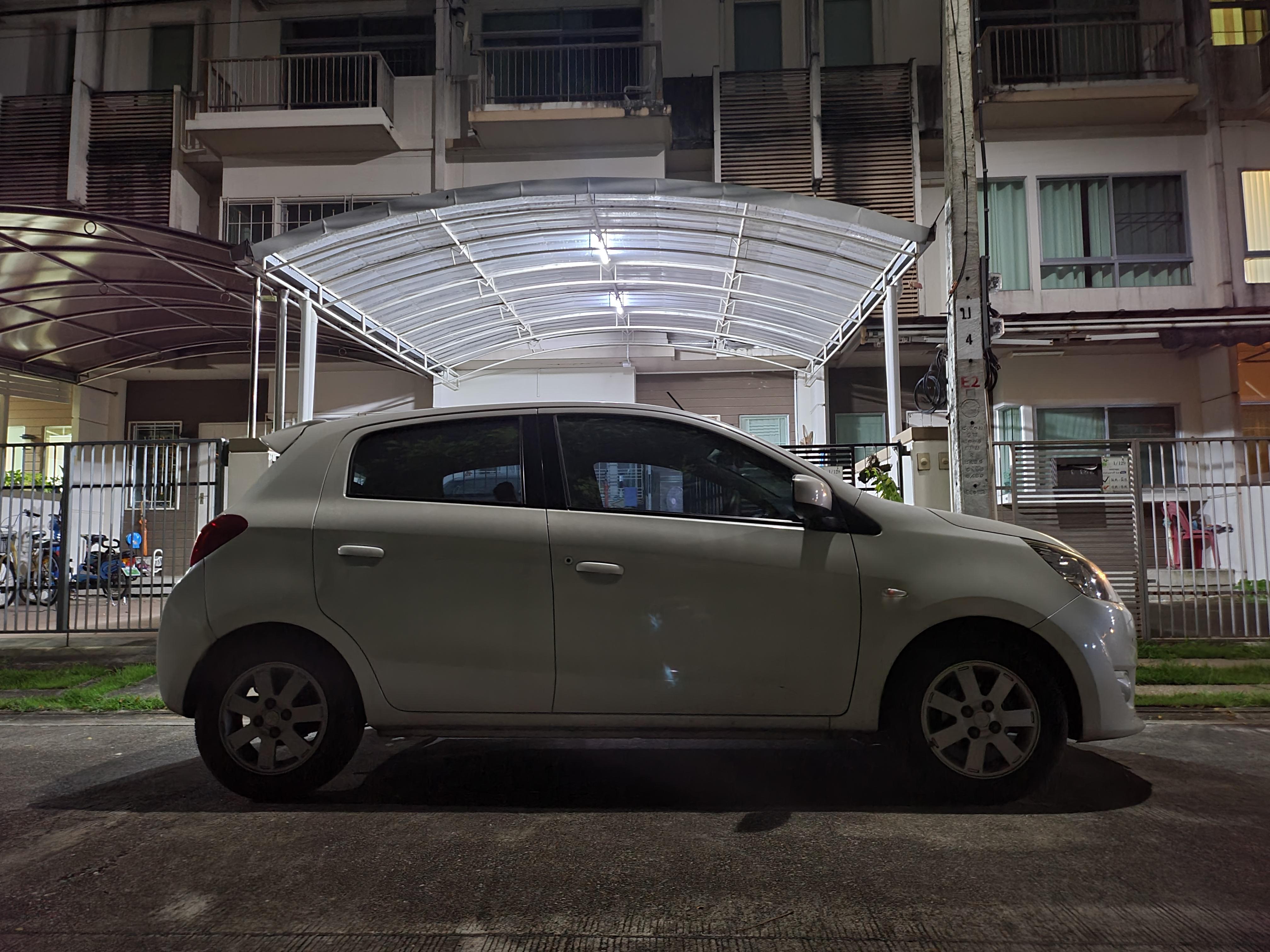 ภาพรถยนต์อีโค่คาร์สีขาว จอดอยู่หน้าบ้านถ่ายด้วย Samsung Galaxy Z Fold 2 ใ