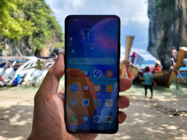 มือซ้ายกำลังถือ Huawei Y7a (2020) อยู่