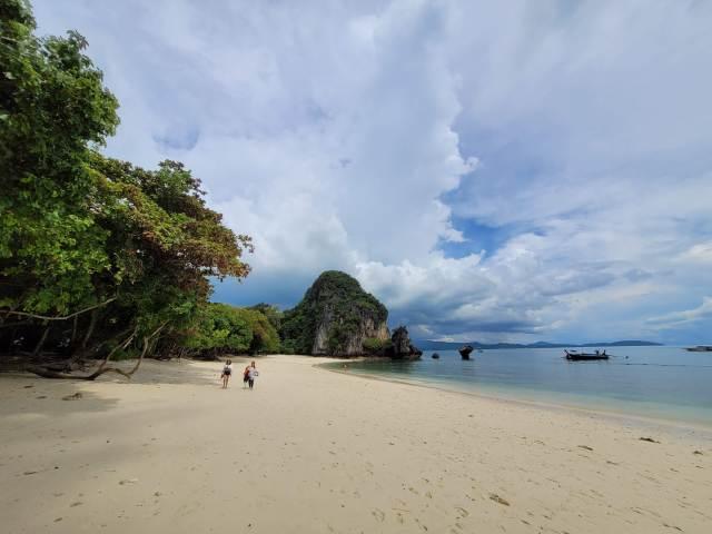 ชายหาดของเกาะห้อง มีคนกำลังเดินอยู่บนชายหาดอยู่สองคน