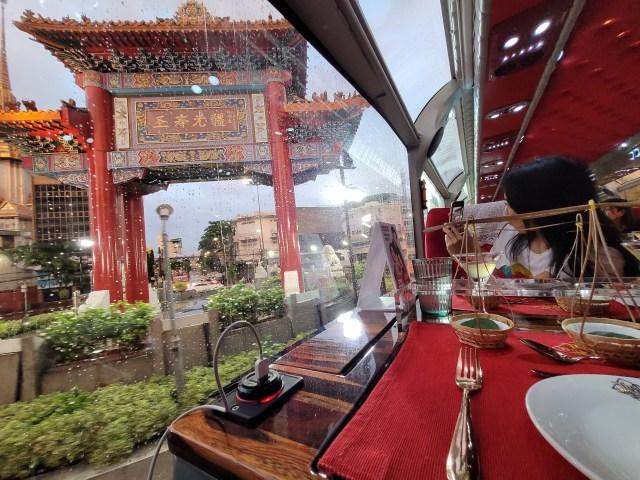 นั่ง Thai Bus Food Tour ผ่านซุ้มประตูเฉลิมพระเกียรติที่เยาวราช
