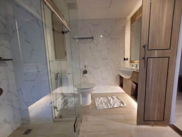 ห้องน้ำของโรงแรม เป็นแบบใช้กระจกใสเป็นที่กั้น ต้องปิดมู่ลี่เพื่อความเป็นส่วนตัวเอง