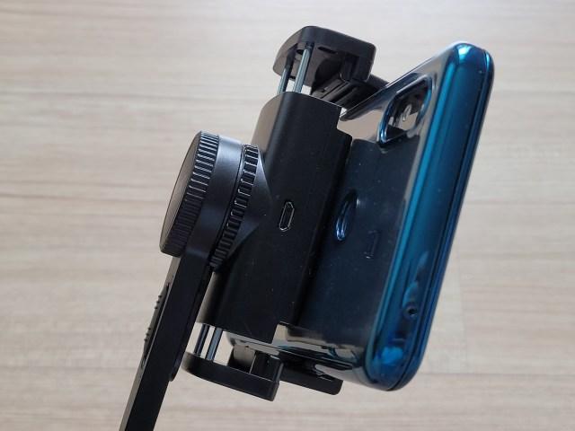 ตัวจับของ Enyx Gimbal Stabilizer ด้านที่มีพอร์ต Micro USB