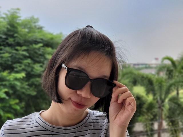 ผู้หญิงผมสั้น กำลังใส่แว่น Huawei x Gentle Monster Eyewear II อยู่