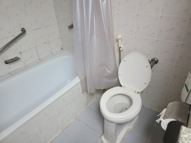 ห้องน้ำของโรงแรม Friday มีอ่างอาบน้ำด้วย